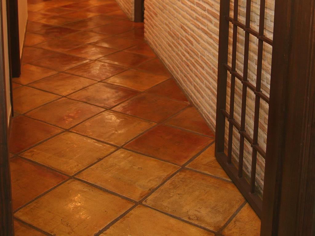 Tratamiento de suelo de barro cocido en interior tienda - Suelos de interior ...