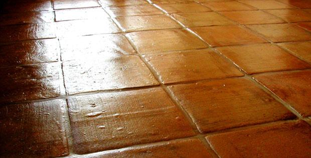 Tratamiento de suelo de barro cocido en interior tienda for Pavimentos rusticos para interiores